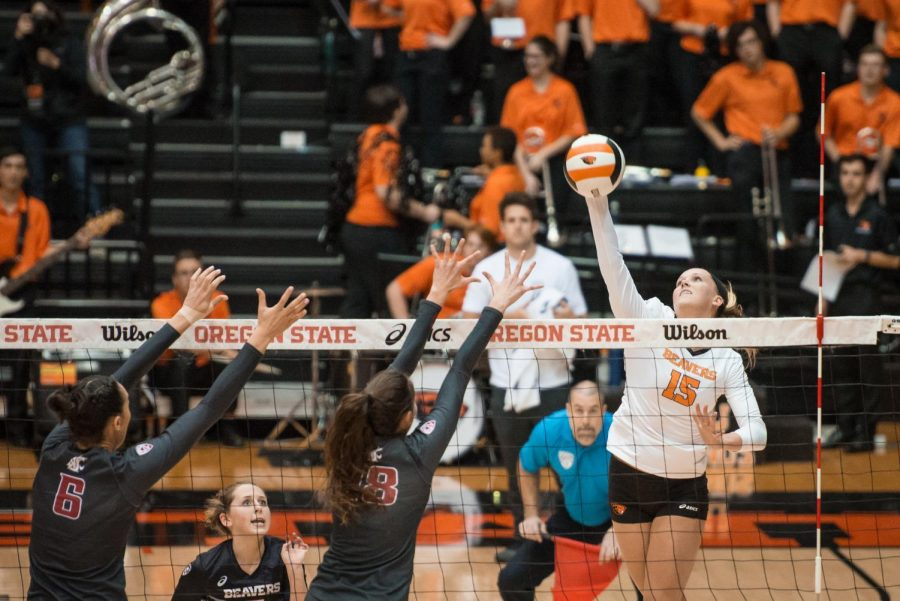 Senior+Outside+Hitter+Mary-Kate+Marshall+spikes+the+ball+against+the+Washington+State+Cougars+in+Sunday%E2%80%99s+match.