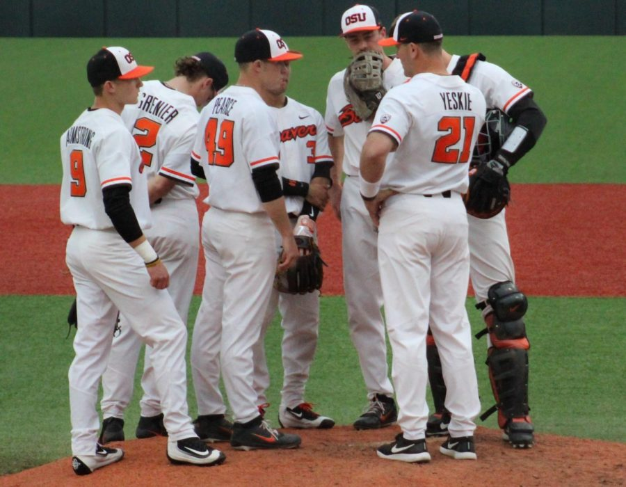 OSU+huddles+on+the+mound+during+the+game+on+Friday%2C+April+20+against+UO