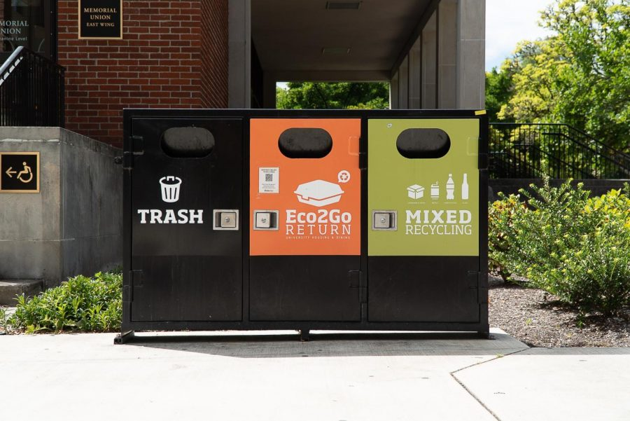 A+waste+and+recycling+bin+by+the+Memorial+Union+gives+students+disposal+options.+There+are+many+bins+like+this+around+campus+to+help+increase+recycling.