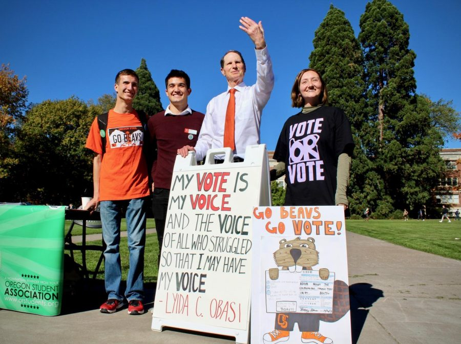 Sen.+Ron+Wyden+stands+with+Oregon+State+University+students+on+Oct.+16%2C+encouraging+students+to+vote.