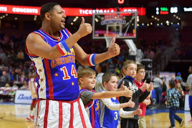 Handles+Franklin%2C+member+of+the+Harlem+Globetrotters%2C+flashes+a+thumbs-up+at+a+show.%C2%A0