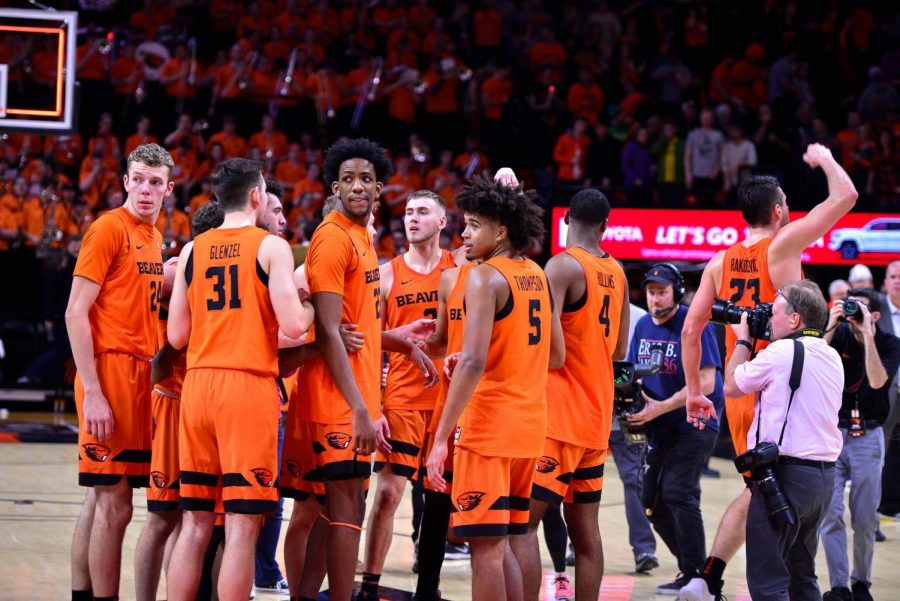 OSU+freshman+forward+Warren+Washington+stands+tall+in+the+center+of+the+team+huddle+after+a+Civil+War+victory+at+Gill+Coliseum.%C2%A0