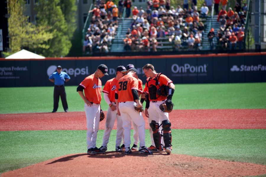 The+Oregon+State+defense+gathers+at+the+pitchers+mound+to+discuss+gameplay.