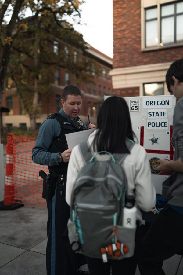 Oregon+State+Police+Trooper+Daniel+Ketcham+speaks+with+Oregon+State+University+students+during+a+community+fair+in+the+Student+Experience+Center+Plaza.+OSP+is+ending+its+contract+with+OSU%2C+citing+a+need+for+resources+to+be+allocated+elsewhere.%C2%A0%C2%A0