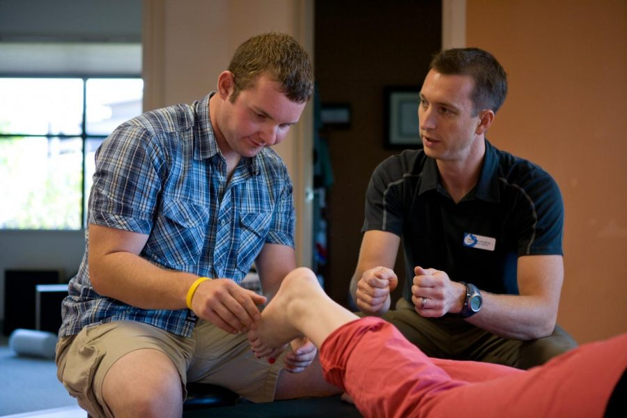 An+OSU-Cascades+kinesiology+student+works+with+a+trained+physical+therapist.