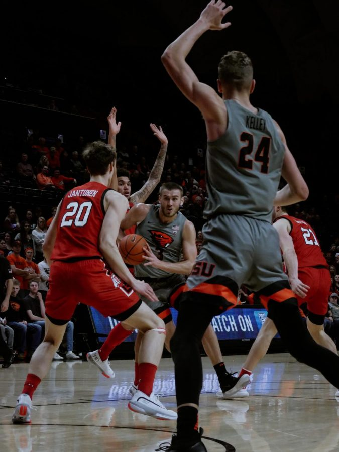 Oregon+State+senior+forward+Tres+Tinkle+works+to+run+a+play+against+the+Utah+Utes+on+Feb.+13.%C2%A0