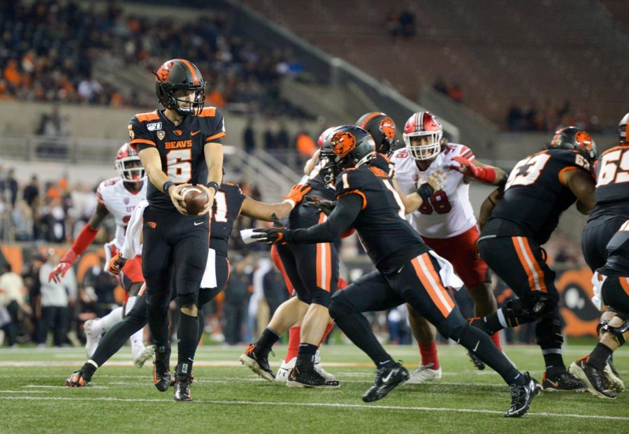 OSU+redshirt+junior+Jake+Luton+hands+off+the+ball+to+sophomore+wide+receiver+Tyjon+Lindsey.%C2%A0