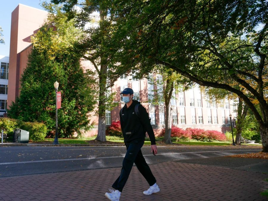 A+masked+student+walked+around+the+Oregon+State+University+Corvallis%2C+Ore.+campus.+Even+with+masks+only+being+mandatory+outside+when+social+distancing+isn%E2%80%99t+possible%2C+students+are+continuing+to+take+the+extra+step+and+wear+them+regardless.