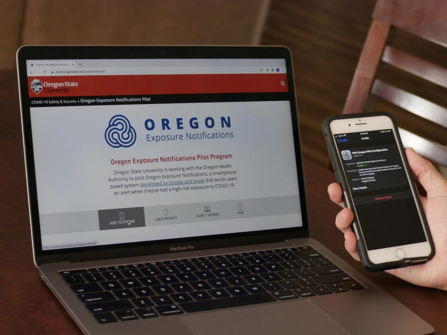An+Oregon+State+University+student+learns+how+to+install+the+Oregon+Exposure+Notifications+Pilot+Program+on+their+phone.+The+program+will+use+people%E2%80%99s+Bluetooth+to+alert+them+if+another+user+is+potentially+exposing+them+to+COVID-19.%C2%A0%C2%A0